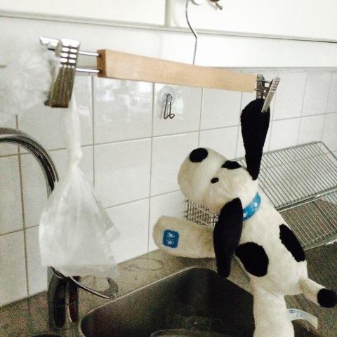 Galge med vattenpåse på ena sidan och en leksakshund på den andra.