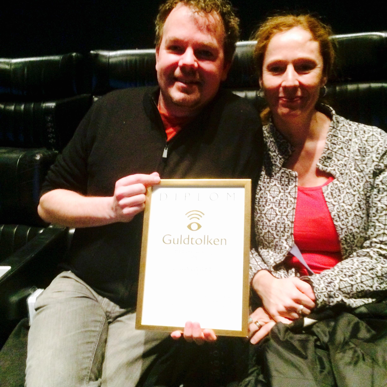 Per Lagergren visar ett diplom det står Guldtolken på. Hans fru Pia-Lena Krischel var med på prisutdelningen.