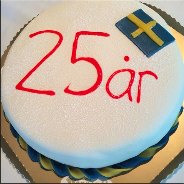 Bild på tårta där det står 25 år.