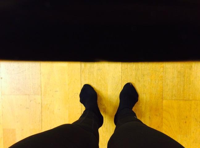 balettstång och fötter på tå, uppifrån.