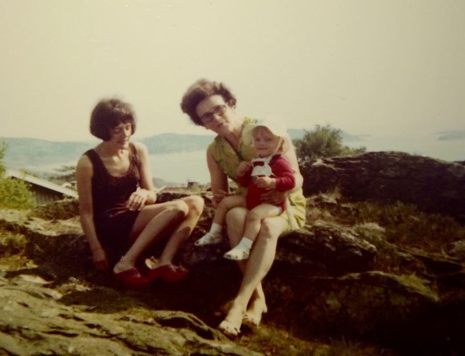 Mamma, mormor och jag på en klippa när jag var ett år.