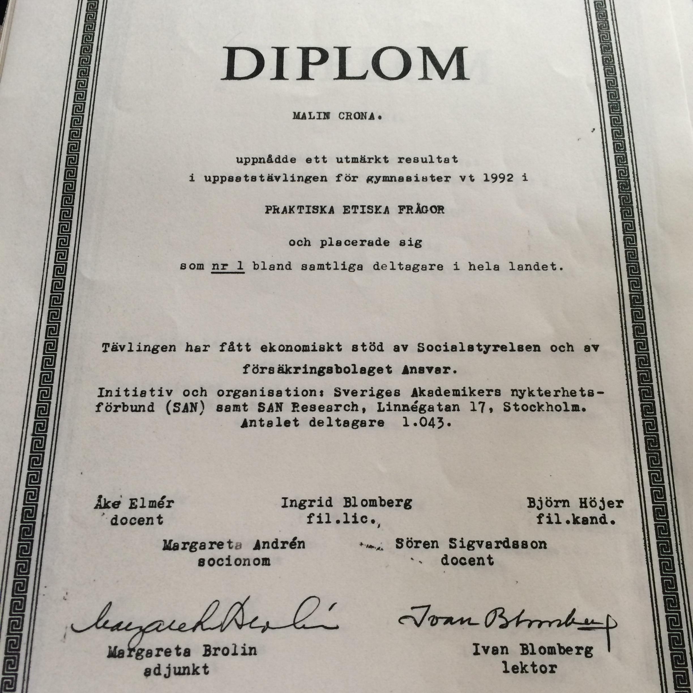 Diplom. Texten lyder:  Diplom MALIN CRONA . uppnådde ett utmärkt resultat i uppsatstävlingen för gymnasister vt 1992 i praktiska etiska frågor och placerade sig som nr 1 bland samtliga deltagare i hela landet.