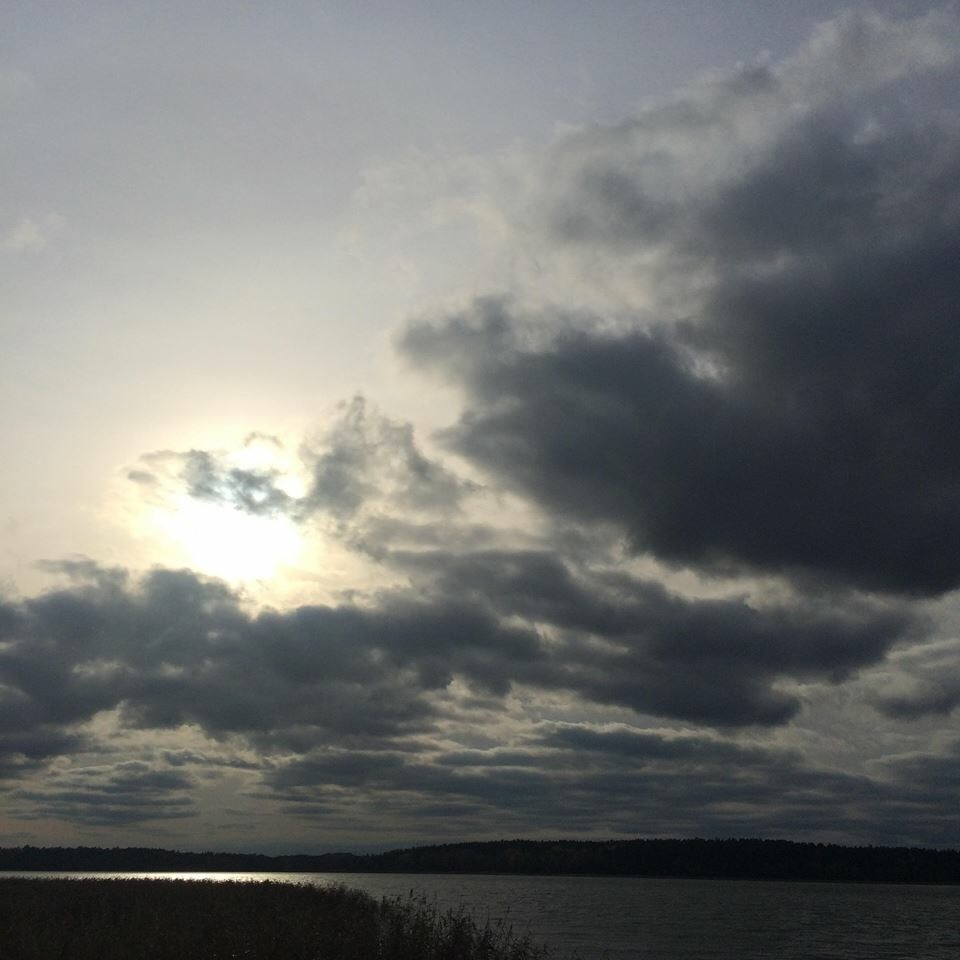 moln där solen syns vid kanten